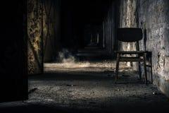 Intérieur abandonné avec la chaise photographie stock libre de droits