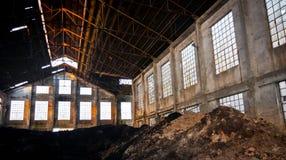 Intérieur abandonné d'entrepôt Images libres de droits
