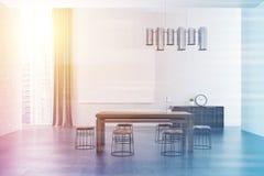Intérieur, affiche grise et table de salle d'attente modifiés la tonalité Photographie stock libre de droits