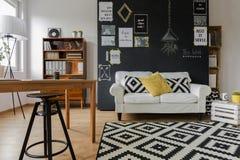 Intérieur agréable d'appartement contemporain image stock