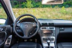 Intérieur allemand luxueux de voiture, levier de vitesse 6, contrôle de température, unité de tableau de bord Photographie stock libre de droits