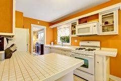 Intérieur américain classique de pièce de cuisine avec les coffrets blancs, plancher de tuiles Image stock