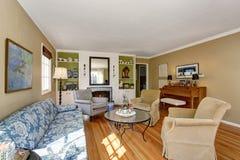 Intérieur américain de salon avec le piano, l'ensemble classique de sofa et le plancher en bois dur photographie stock
