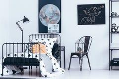 Intérieur astronomique de chambre à coucher avec des affiches photo libre de droits