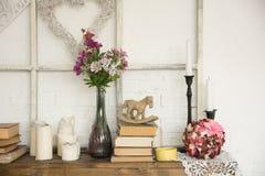 Intérieur avec des fleurs et des bougies de livres Photos libres de droits