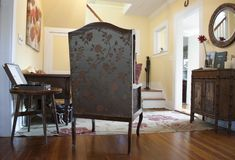 Intérieur avec des meubles de vintage Style du sud Rétros meubles européens Vieux fauteuil, vieux coffret, phonographe de vintage Photo libre de droits