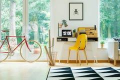 Intérieur avec la bicyclette rouge Photo stock