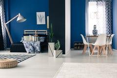 Intérieur avec les murs bleus audacieux photographie stock libre de droits