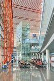 Intérieur avec les sièges de passager et l'ascenseur, aéroport international capital de Pékin Image libre de droits