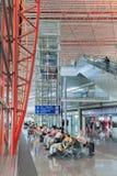 Intérieur avec les sièges de passager et l'ascenseur, aéroport international capital de Pékin Photographie stock libre de droits