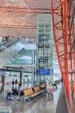 Intérieur avec les sièges de passager et l'ascenseur, aéroport international capital de Pékin Images stock