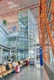 Intérieur avec les sièges de passager et l'ascenseur, aéroport international capital de Pékin Image stock