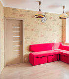 Intérieur avec un divan mou rouge photo libre de droits