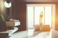 Intérieur, baquet blanc et évier de salle de bains de plancher modifiés la tonalité Photos libres de droits