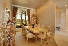 Intérieur beige de luxe de salle à manger avec la grande fenêtre images stock
