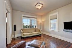 Intérieur beige lumineux de salon dans la maison moderne image stock