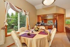 Intérieur beige mol de salle à manger avec la table bien décorée photos stock