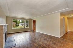 Intérieur beige non meublé de salon dans la maison vide photos stock