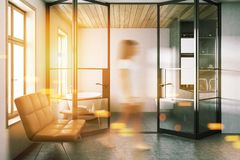 Intérieur blanc élégant de salle de bains, tache floue de banc Images stock