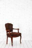Intérieur blanc avec la chaise brune Photos stock