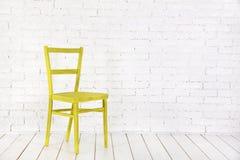 Intérieur blanc avec la chaise jaune Photos libres de droits