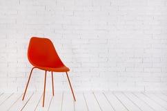 Intérieur blanc avec la chaise rouge Image libre de droits