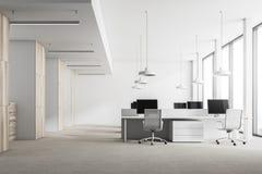 Intérieur blanc de bureau de grenier, colonnes Photo libre de droits