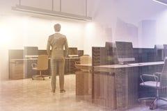 Intérieur blanc de bureau de l'espace ouvert, homme modifié la tonalité Photo libre de droits