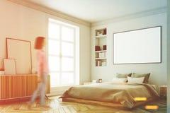 Intérieur blanc de chambre à coucher, femme, coin Images libres de droits