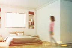 Intérieur blanc de chambre à coucher, femme, mur Photographie stock libre de droits