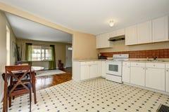 Intérieur blanc de pièce de cuisine avec le plancher de tuiles et l'ensemble de table de salle à manger Images stock