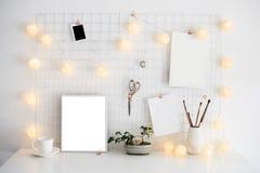 Intérieur blanc de pièce de siège social, lieu de travail de bloggers Photos stock