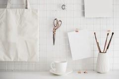 Intérieur blanc de pièce de siège social, lieu de travail de bloggers Photos libres de droits