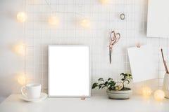 Intérieur blanc de pièce de siège social, lieu de travail de bloggers Photo libre de droits