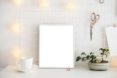 Intérieur blanc de pièce de siège social, lieu de travail de bloggers Photographie stock