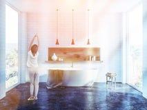 Intérieur blanc de salle de bains de brique, femme photo stock