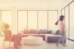 Intérieur blanc de salon avec un sofa bleu, fille Photographie stock libre de droits