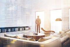Intérieur blanc de salon, homme d'affaires Photographie stock libre de droits