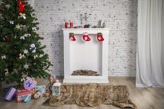 Intérieur blanc du ` s de nouvelle année avec la cheminée et l'arbre vert Photos stock
