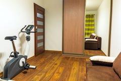 Intérieur blanc et brun de chambre à coucher Photos libres de droits