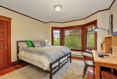 Intérieur blanc et brun de chambre à coucher avec le bureau en bois photo libre de droits