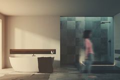 Intérieur blanc et carrelé de salle de bains, femme, tache floue Images libres de droits