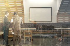Intérieur blanc et en bois de barre d'eco, affiche, les gens Photos libres de droits