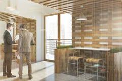 Intérieur blanc et en bois de café d'eco, les gens Image stock