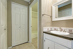 Intérieur blanc et gris de salle de bains photo stock