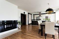 Intérieur blanc et noir d'appartement urbain - image libre de droits