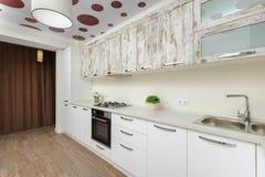 Intérieur blanc moderne de cuisine photos stock
