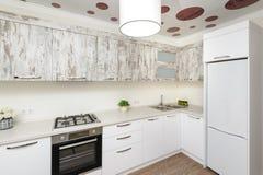 Intérieur blanc moderne de cuisine photographie stock