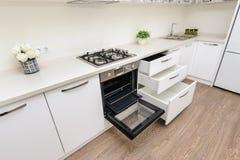 Intérieur blanc moderne de cuisine photo libre de droits