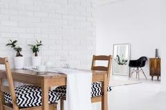 Intérieur blanc multifonctionnel avec le mur de briques décoratif images stock